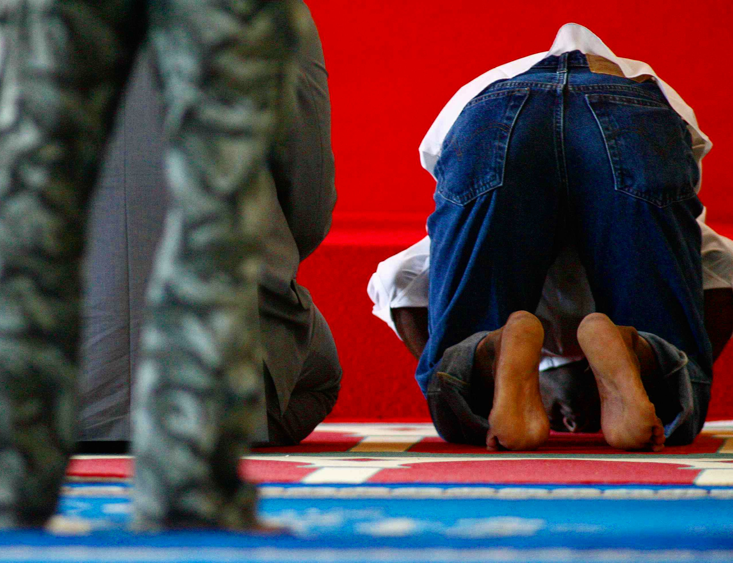 """""""007"""" in a mosque during prayer time"""